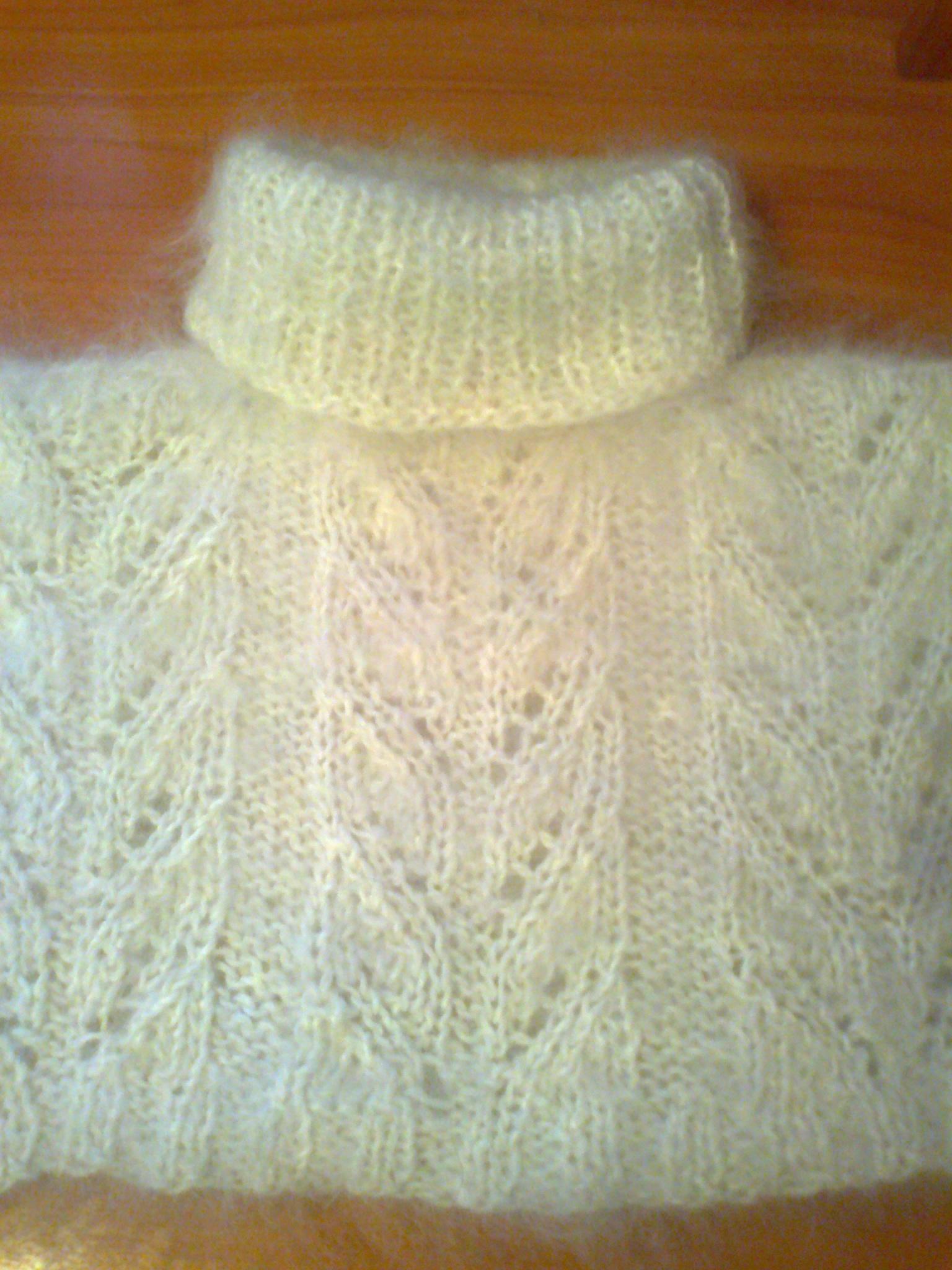 Манишка пуховая из козьего пуха.Натуральная ,зимняя,теплая.Закрывает грудь и шею и спину.Ручная работа.Разнообразные рисунки.Цвета на выбор белая,серая.Размеры взрослые и детские.